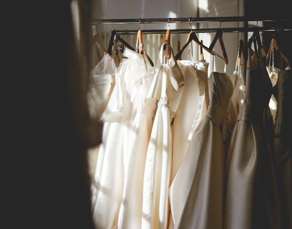 Hochzeit: So sparst du beim Brautkleid