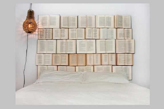 Pimp my bed – Mit Büchern ein Kopfteil selber bauen